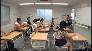 連日の猛暑のせいで熱中症が続出!?そんな中、僕らの学校が緊急で作った校則は「スーパークールビズ」だった!周りを見れば女子のイヤラしく発育した身体が…3_キャプチャ画像
