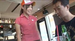 接客中に顔を紅潮させながら感じまくるバイト娘5 中出しSP ~ハンバーガー屋、レンタルビデオ店、和食小料理店、ビール売り子~_キャプチャ画像