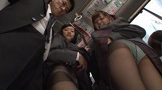 間違えたフリして女子校通学バスに乗り込んだら発情期の2人組に挟まれて'ガツガツ'ヤられた_キャプチャ画像_01