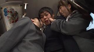 間違えたフリして女子校通学バスに乗り込んだら発情期の2人組に挟まれて'ガツガツ'ヤられた_キャプチャ画像_07