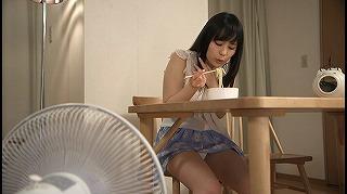 扇風機で涼むTバックのパンチラ女子に発情した俺_キャプチャ画像