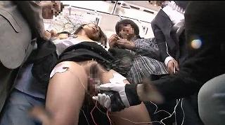 【電流痴漢】電車内でよってたかって様々な器具でイカせる痴漢師達!電流チ○ポでハメ潮までする娘も.._キャプチャ画像