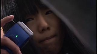携帯電話のバイブでもパンツを濡らす敏感女子校生を電マ痴漢_キャプチャ画像