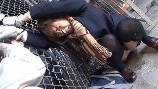 倉庫で助けを呼ぶマフラー娘に興奮し着衣挿入痴漢(栄川乃亜)_キャプチャ画像_01