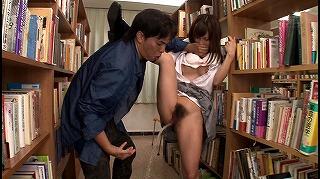 図書館で声も出せない状況で媚薬を仕込まれガクガク痙攣しビシャビシャとハメ潮を吹きながらイキまくる敏感女子校生 小島みなみ_キャプチャ画像_01